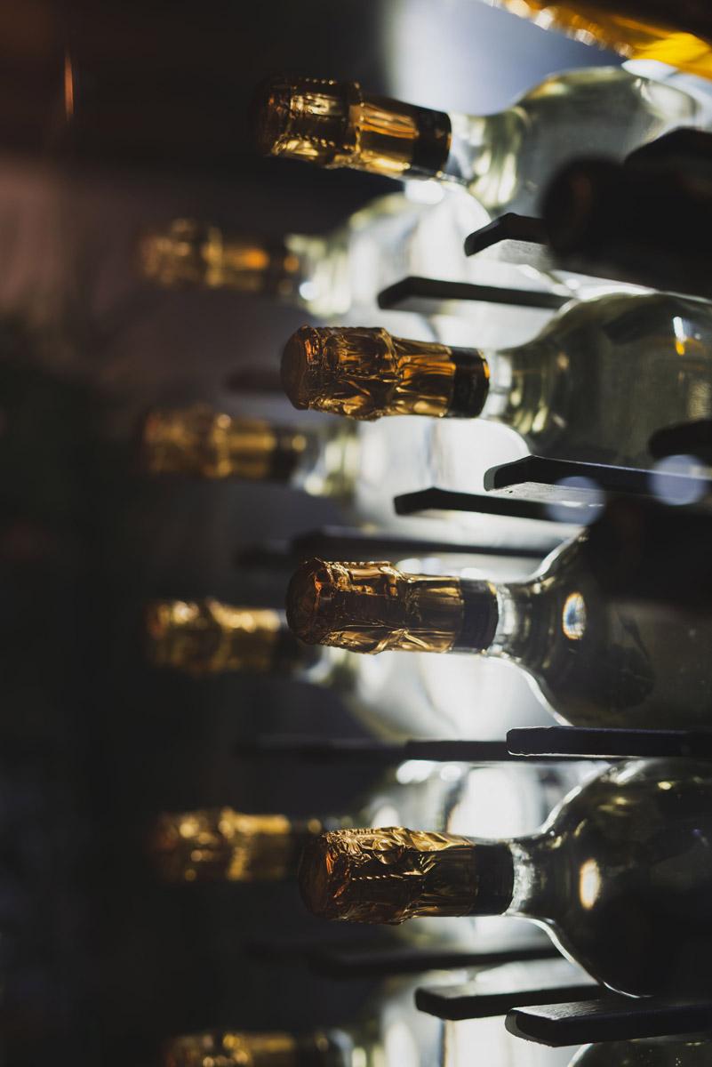 Bottiglie nobili nell'ingresso del Bed and Breakfast a Fiumicino in Via della Torre Clementina 80