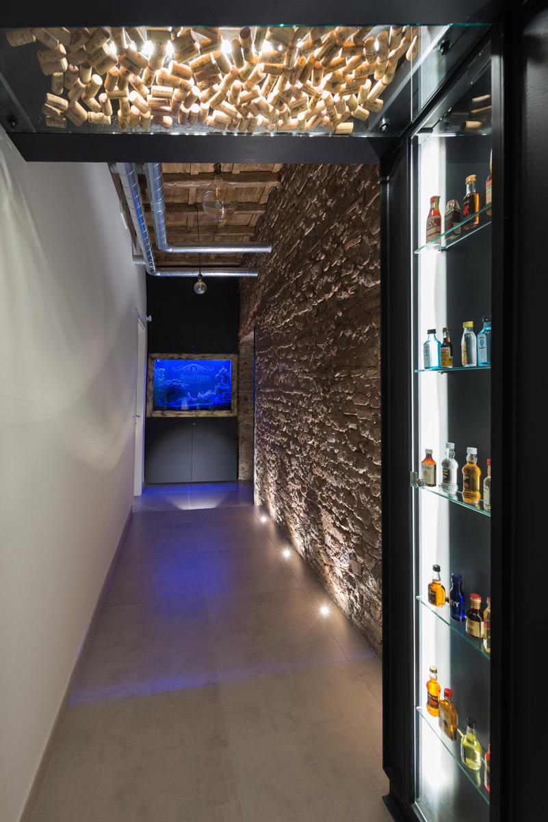L'ingresso de Le Boutique Luxury Resort e il corridoio con mura ottocentesche restaurate