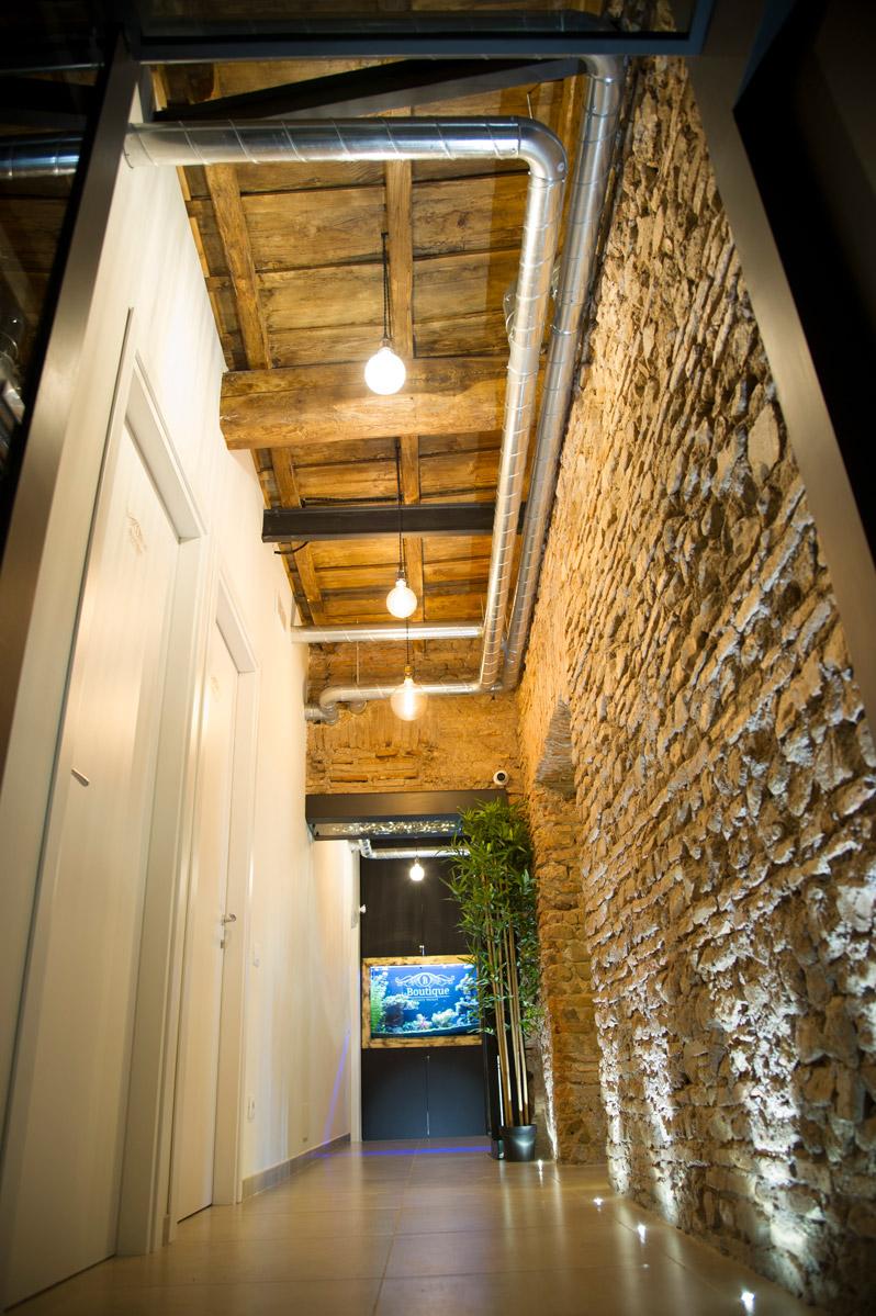 Foto del corridoio d'ingresso del Bed & breakfast Le Boutique a Fiumicino con soffitto in legno di più di 200 anni completamente restaurato